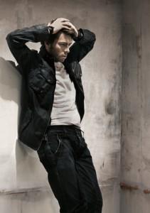 Kommt besonders lässig, Jeans, Shirt und schwarze Jacke.